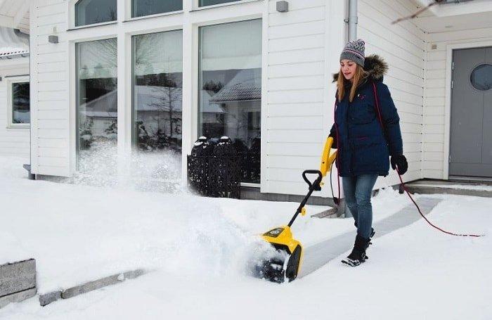 Электрическая снегоуборочная машина.