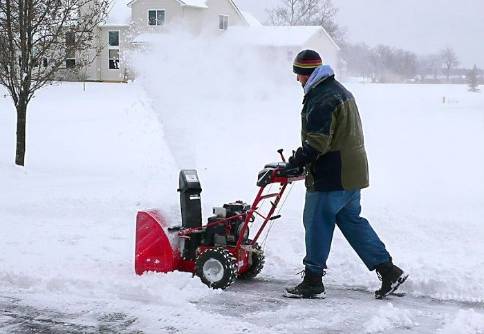 Снегоуборочные машины при уборке снега.