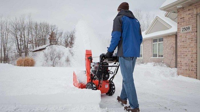 Уборка территории снегоуборщиком.